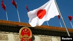 在日本首相安倍晋三访华的欢迎仪式上日本国旗在北京人大会堂外飘扬。(2018年10月26日)