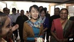Kunjungan Aung Suu Kyi ke India membantu membangun lagi hubungan antara kelompok pro-demokrasi Burma dengan para pemimpin India, yang memburuk di bawah pemerintahan Burma (foto, 15/11/2012).