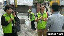 1일 서울 지하철 왕십리역 인근에서 성동구청 직원들이 흡연단속을 하고 있다.