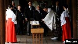 15일 일본 의원들이 야스쿠니 신사를 참배하고 있다.
