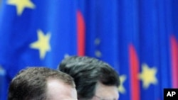 Russian President Dmitry Medvedev (L) and European Commission President Jose Manuel Barroso speak with journalists at a news conference. Russia agreed on Friday to lift a ban on vegetable imports from the European Union if the EU provides safety guarantee
