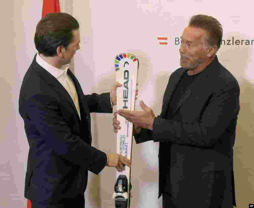 «زباستیان کورتس» نخست وزیر جوان اتریش به آرنولد شوارتزنگر ورزشکار، سیاستمدار و بازیگر معروف یک جفت اسکی تقدیم می کند. آرنولد تبار اتریشی دارد و در آمریکا تا مقام فرمانداری کالیفرنیا رسید.