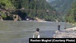 وادی نیلم میں دریاؤں اور ندی نالوں پر کئی ایسے پل ہیں جو زیادہ بوجھ نہیں سہار سکتے۔
