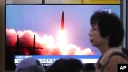 Peluncuran rudal Korea Utara ditayangkan dalam program berita di Stasiun Kereta Api Seoul di Seoul, Korea Selatan, Jumat, 26 Juli 2019. (Foto: dok)