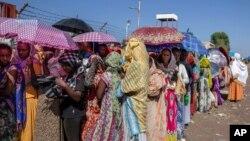 Dubartoota walitti bu'iinsa Tigraay keessaa baqatanii qarqaarsa UNHCR kennu fudhachuuf hiriiran, Eddu-gala Hamdayet, Sudaan, Sadaasa 21, 2020