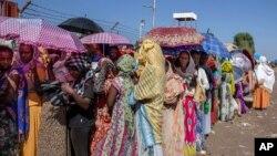 ក្រុមស្ត្រីដែលបានរត់គេចពីជម្លោះនៅតំបន់ Tigray របស់អេត្យូពី កំពុងរង់ចាំការចែកចាយភួយពីអង្គការ UNHCR នៅមជ្ឈមណ្ឌលអន្តរកាល Hamdayet ប្រទេសស៊ូដង់ កាលពីថ្ងៃទី២១ ខែវិច្ឆិកា ឆ្នាំ២០២០។