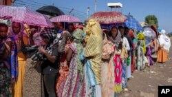 Para perempuan etnis Tigray yang menghindari kekerasan di Tigray, Ethiopia menyeberang ke Sudan untuk mengungsi (foto: dok).