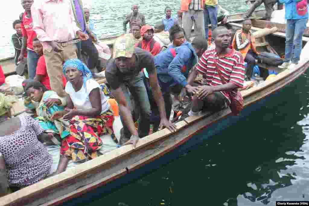 Des rescapés du naufrage sur le lac Kivu lundi 30 novembre transportés dans une pirogue motorisée. Vingt-six rescapés ainsi que le corps d'un enfant ont été repêchées après qu'un canot rapide a chaviré dans le lac Kivu. VOA/Charly Kasereka