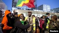 Những người ủng hộ Cựu tổng thống Laurent Gbagbo và Cựu bộ trưởng Charles Ble Goude tuần hành bên ngoài Tòa án Hình sự Quốc tế ở The Hague, Hà Lan, ngày 28/1/2016.