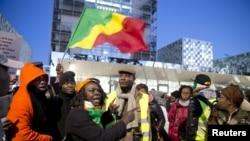 Des soutiens de Laurent Gbagbo et Charles Blé Goudé à l'extérieur de la CPI à La Haye, le 28 janvier 2016.