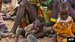 Žene i deca čekaju na dostavu pomoći u Kakuma izbegličkom logoru, severoistočno od glavnog grada Kenije, Najrobija