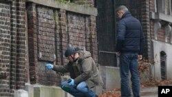 Polisi Belgia meneliti sebuah bangunan di pinggir jalan di Verviers, Belgia (Jumat, 16/1). Jalan itu diblokir setelah polisi berhasil mencegah aksi terorisme sehari sebelumnya yang menewaskan 2 orang dan seorang ditangkap.