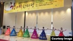 28일 서울역사박물관에서 열린 한가위 한마당 행사에서 평양예술단이 공연하고 있다.