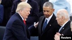 Predsednik Tramp pozdravlja se sa bivšim predsednikom Barakom Obamom i bivšim potpredsednikom Džoom Bajden posle polaganja zakletve kao 45. predsednik SAD, 20. januara 2017.