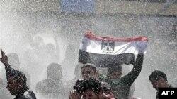 Cảnh sát Ai Cập dùng vòi rồng để giải tán biểu tình ở Cairo, ngày 28/1/2011