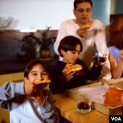 Berbuka puasa dengan menu Pizza bersama keluarga.