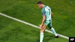 Cristiano Ronaldo du Portugal dans une de ses postures préférées après avoir marqué un but en début du match entre le Portugal et Pays de Galles, en demi-finale de l'Euro 2016, au Grand Stade à Décines-Charpieu, près de Lyon, France, 6 juillet 2016. (AP Photo / Michael Sohn)