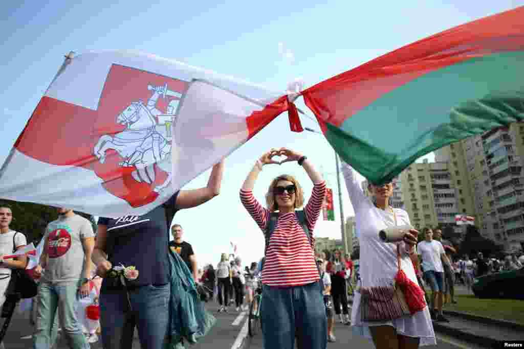 رواں ماہ صدارتی انتخابات منعقد ہوئے تھے جس میں صدر الیگزینڈر لوکاشینکو کے ایک مرتبہ پھر صدر منتخب ہونے کا اعلان کیا گیا تھا۔ مظاہرین نے انتخابی نتائج قبول نہ کرنے کے ساتھ ساتھ انتخابات میں دھاندلی کا الزام لگایا ہے۔