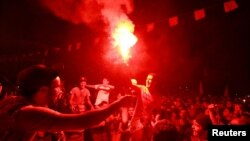 示威者燃點火炬