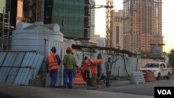 Công nhân nước ngoài làm việc ở Doha, thủ đô của Qatar. Có khoảng 1,4 triệu công nhân nước ngoài làm việc ở Qatar