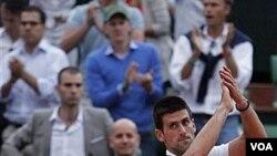 Petenis Serbia Novak Djokovic meninggalkan lapangan setelah dikalahkan petenis Swiss Roger Federer di semifinal Grand Slam Perancis Terbuka hari Jumat (3/6).