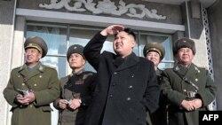 Ông Kim Jong Un tới thăm một căn cứ không quân bí mật ở Bắc Triều Tiên cùng với các sĩ quan quân đội
