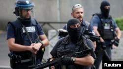 Des policiers de la brigade antiterroriste à Argenteuil, France, le 21 juillet 2016.