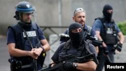 Des policiers et une patrouille de la Brigade anticriminalité (BAC) effectuent une descente antiterroriste à différents endroits d'Argenteuil, une banlieue au nord de Paris, France, le 21 juillet 2016.