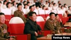 북한 노동신문은 김정은 국방위원회 제1위원장이 군부대 예술선전대 공연을 관람했다고 15일 보도했다. 사진에서 박영식 대장(빨간 원)이 김정은 제1위원장의 바로 오른편에 앉아있다. 노동신문은 이날 김정은 제1위원장 수행 명단에서 인민군 박영식 대장을 황병서 군 총정치국장 다음으로 호명했다.