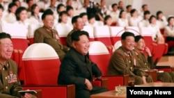 북한 노동신문은 김정은 국방위원회 제1위원장이 군부대 예술선전대 공연을 관람했다고 지난달 15일 보도했다. 사진에서 박영식 대장(빨간 원)이 김정은 제1위원장의 바로 오른편에 앉아있다. (자료사진)