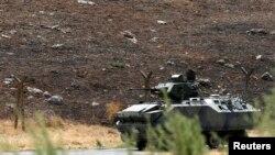 Un véhicule armé turc surveille la fronière à Reyhanli, dans la province de Hatay, le 17 septembre 2013.