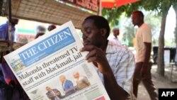 Un homme lit un journal tanzanien à Arusha, en Tanzanie, le 23 mars 2017.