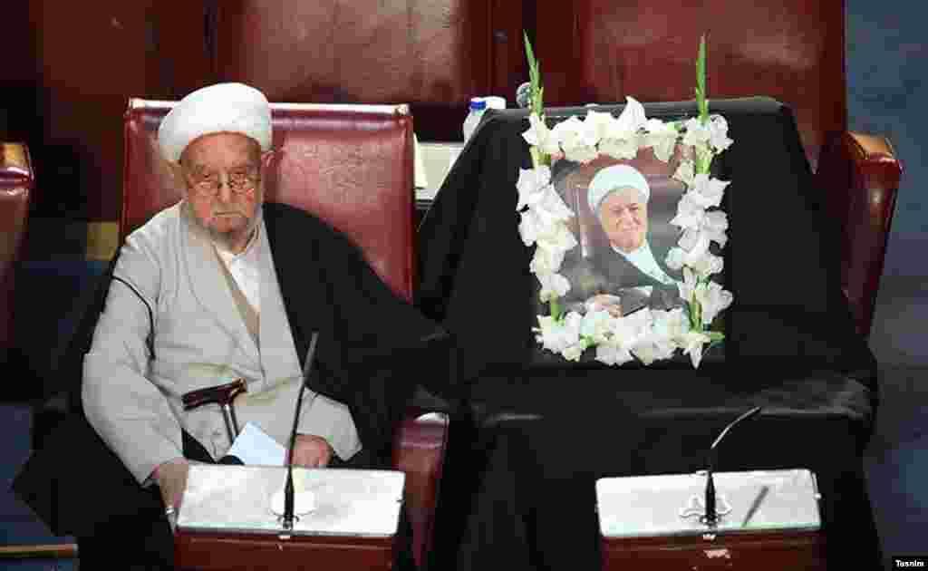 یاد اکبر هاشمی رفسنجانی در مجلس خبرگان. او که مدتی رئیس این مجلس بود، این اواخر رقابت را به احمد جنتی باخته بود.
