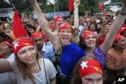 Des partisans d'Aung San Suu Kyi célèbrent sa victoire électorale