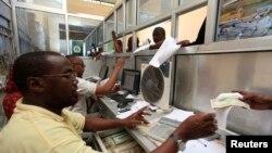 Nhân viên công ty chuyển tiền Dahabshiil làm việc tại một văn phòng ở mạn nam Mogadishu, Somalia