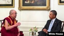 지난 2014년 2월 워싱턴을 방문한 티베트의 정신적 지도자 달라이 라마(왼쪽)가 백악관에서 바락 오바마 대통령과 면담했다.