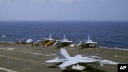 Pesawat jet AU US F-18 mendarat di kapal induk USS Carl Vinson (CVN 70) setelah patroli rutin di Laut China Selatan yang disengketakan, 3 Maret 2017.