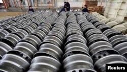 Para pekerja memeriksa produk-produk baja yang siap diekspor di pabrik kota Lianyungang, Jiangsu, China (foto: ilustrasi). AS menerapkan tarif impor produk-produk China, yang juga berdampak negatif bagi bisnis AS di China.