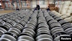 中国江苏省连云港一家轮毂厂,工人们正在为出口的钢圈做准备。