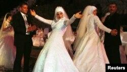 دو عروس لبنانی در حال رقص. مذهب و عرف در کشورهای مسلمان مردم را از سکس قبل از ازدواج برحذر می دارد.