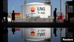 资料照:江苏省南通市如东港的液化天然气储气罐。(2018年9月4日)