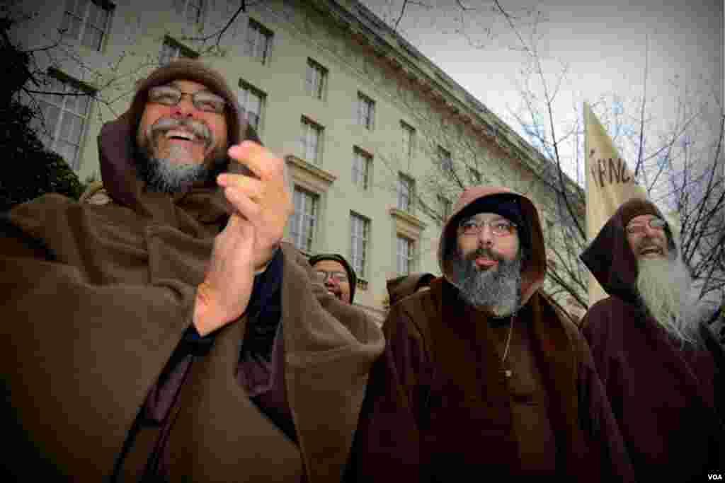 Монахи приветствуют колонну