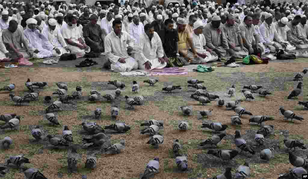 Müsəlman zəvvarlar Səudiyyə Ərəbistanın Məkkə şəhərindəki Beyt ül-Lah məscidində ibadət edirlər. 23 oktyabr, 2012.