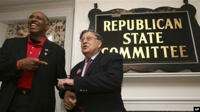Republican National Committee Chairman Michael Steele, left, jokes with New Hampshire's Republican chair, former governor John Sununu during a rally in Concord, New Hampshire, 22 Oct. 2010.