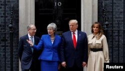 Presiden AS Donald Trump dan istrinya, Melania, bertemu PM Inggris Theresa May dan suaminya, Philip, di Downing Street, London (4/6).