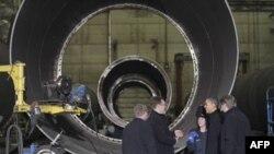 Predsednik Obama u poseti fabrici za proizvodnju turbina na vetar, Brendvind Tauers, u Manitovoku u Viskonsinu.