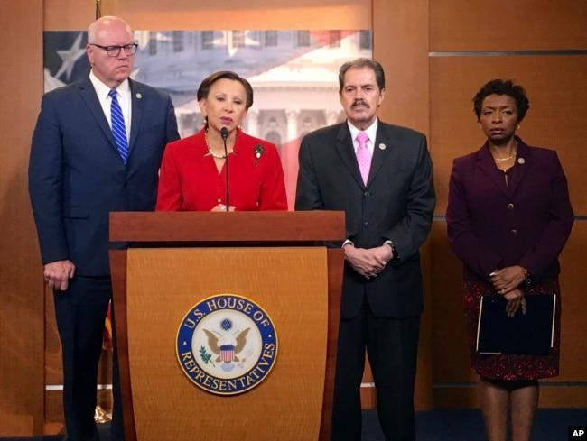 De izq. a der. los legisladores de New York Joe Crowley, Nydia Velázquez, Jose Serrano e Yvette Clarke hablan en el Capitolio en Washington sobre los daños causados en Puerto Rico por el huracán Maria. Sept. 26, 2017.