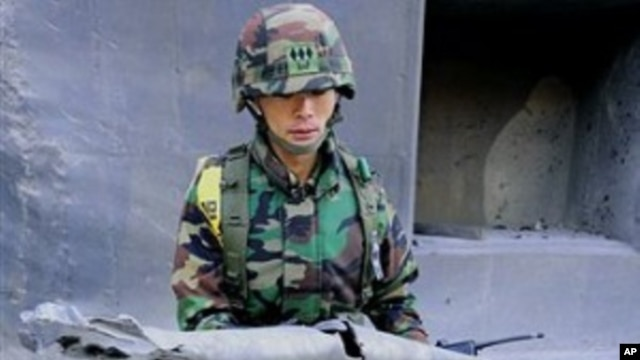 South Korean Marine Lt. Kim Jong-soo shows fragments of shells fired by North Korea to the media on Yeonpyeong island, South Korea, 25 Nov., 2010.