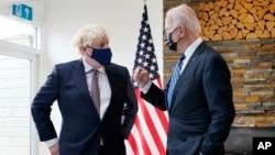 នាយករដ្ឋមន្ត្រីអង់គ្លេសលោក Boris Johnson ពិភាក្សាជាមួយលោក Joe Biden ប្រធានាធិបតីសហរដ្ឋអាមេរិក នៅរមណីយដ្ឋានឆ្នេរសមុទ្រ Carbis Bay នៅចក្រភពអង់គ្លេសកាលពីថ្ងៃទី១០ ខែមិថុនា ឆ្នាំ២០២១។