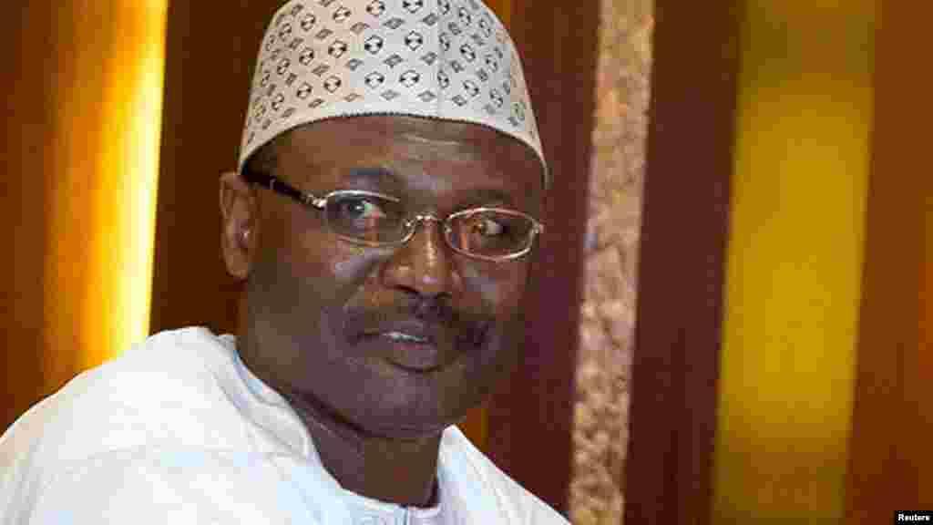 Sabon shugaban hukumar zabe ta Najeriya mai zaman kanta, INEC, Farfesa Mahmoud Yakubu, jim kadan bayan rantsar da shi a Abuja, a ran litinin 9 Nuwamba, 2015.